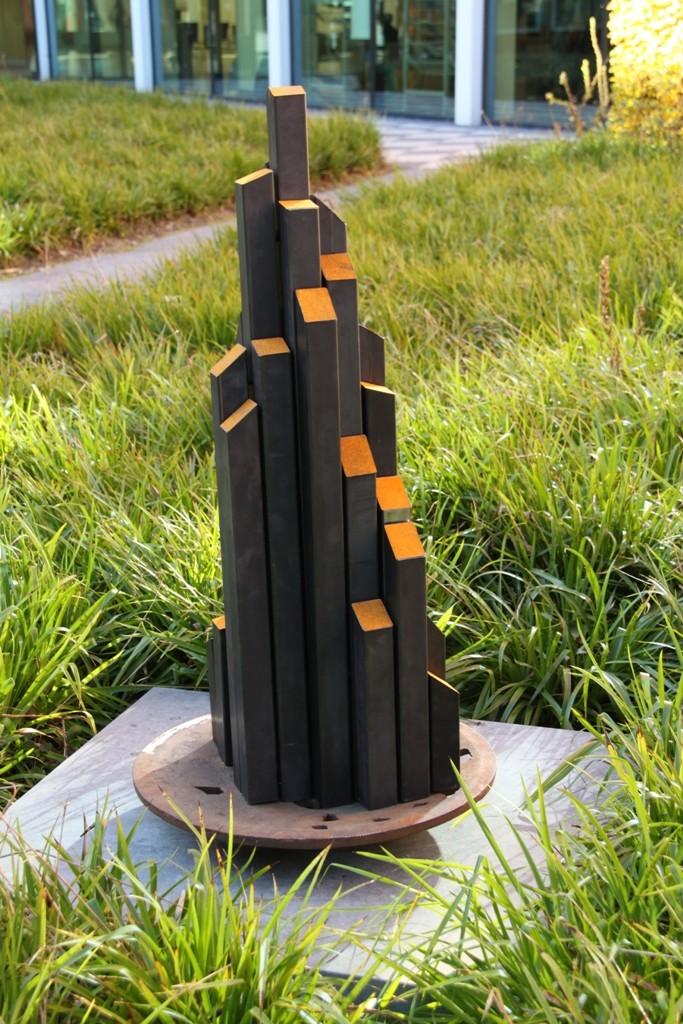 """""""Reprogress III"""" 2011. Roestig staal, magneten. L 80cm, B 80cm, H160cm (gemaakt voor expositie """"De Stad"""" CBK ZO, Amsterdam)"""