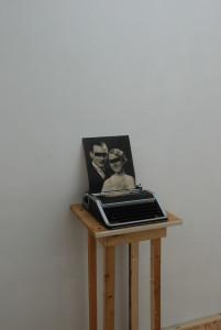 Blank Slate, 2017. Typmachine, foto, verf. L 34cm, B 28cm, D 34cm. In situ
