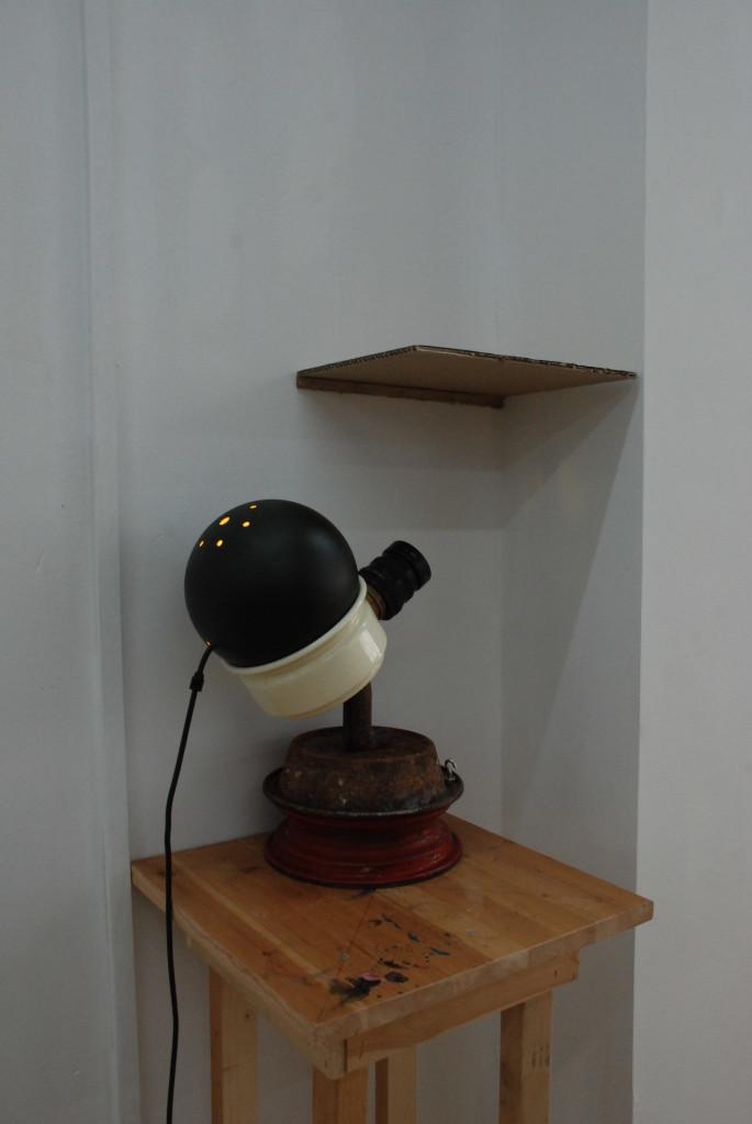 """Looming Presence, 2017. Staal, lamp, lens, plastic. L 40cm, B 30cm, D 40cm. Gemaakt voor de expositie """"Dumb Trump"""""""
